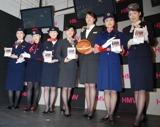 主演映画『フライング☆ラビッツ』のDVD発売記念イベントに登場した(左からJAL7代目、JAL5代目、JAS2代目、石原さとみ、矢代直美、JAL6代目、JAS1代目)
