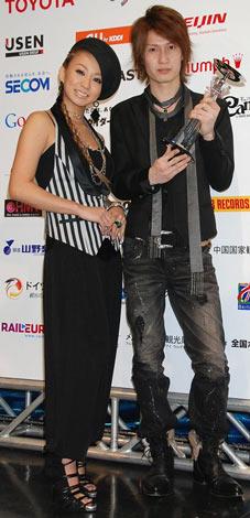 """(左から)""""先輩""""としてエールを送った倖田來未、アーティスト部門グランプリに輝いた中国出身24歳の胡臻(コ・シン)さん"""