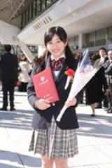 卒業式に出席した尾高杏奈。