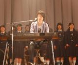生徒たちをバックに、しっとりと歌い上げる森晴義