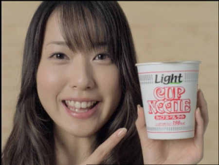 戸田恵梨香が服を脱ぎ捨てる『カップヌードルライト』(日清食品)のCM
