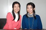 インタビュー取材を受けた(左より)三倉茉奈、三倉佳奈