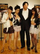 『クローズZERO II』とのコラボイベント会見に出席した前田日明氏とラウンドガールと