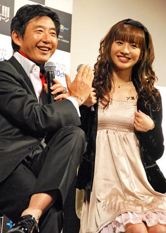 タイトルにちなんで「XIII」のタトゥーを披露する石田と優木