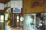 そば屋が駅の業務も兼任するJR亀嵩駅の改札口