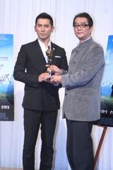 オスカー像を持って、凱旋記者会見を開いた滝田洋二郎監督(右) と本木雅弘