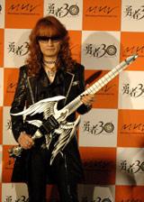 剣型ギターを披露した高見沢俊彦