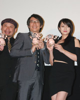 舞台挨拶の様子(左から)ケンドーコバヤシ、生瀬勝久、深田恭子