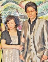映画『弁天通りの人々』の制作発表会で腕を組む加護亜依と水元秀二郎[09年1月撮影]