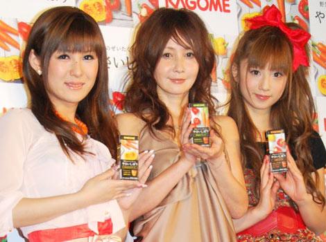 サムネイル カゴメ「やさいしぼり」発売記念イベントに登場した(左から)椿姫彩菜、YOU、小倉優子