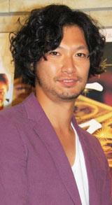 映画「ニセ札」の舞台あいさつ前にインタビューに応じた青木崇高