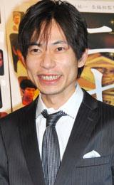 映画「ニセ札」の舞台あいさつ前にインタビューに応じた板倉俊之(インパルス)