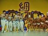 """中村獅童と松田翔太(中央)がコミカルなダンスで""""ゴリマッチョ軍団""""(右)と対決する新CM"""
