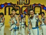 『プロテインウォーター』新CMでダンス対決で余裕の表情を見せる(最前列左から)松田翔太と中村獅童
