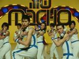 (最前列左から)松田翔太と中村獅童がキメポーズも披露している『プロテインウォーター』新CM