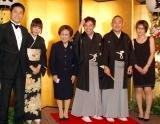 海老名ファミリーが勢揃い(左から峰竜太、海老名美どり、母・香葉子さん、二代目林家三平(いっ平)、林家正蔵、泰葉)