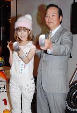 ハローキティのパター発表会に出席した歌手のCOONと横峯良郎氏