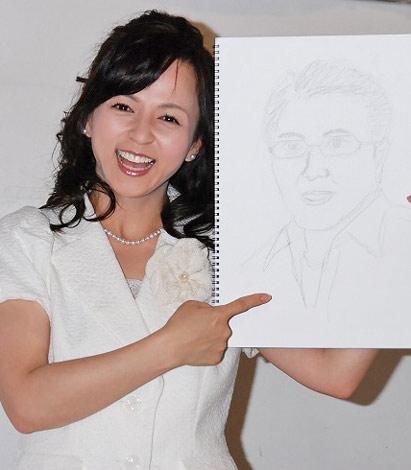 """佐野史郎似という""""クマさん系""""の夫が自ら作成した自画像を手に、結婚会見を行ったいとうまい子"""