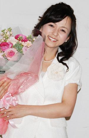 大きな花束を抱えて満面の笑みを浮かべるいとう
