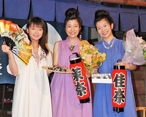 NHK連続テレビ小説ヒロインバトンタッチセレモニーに登場した(左から)新ドラマ『つばさ』ヒロインの多部未華子と『だんだん』ヒロインの三倉茉奈、三倉佳奈