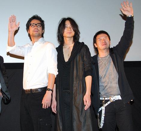 映画『クローズZERO II』の舞台あいさつに登壇した(左から)桐谷健太、綾野剛、やべきょうすけ