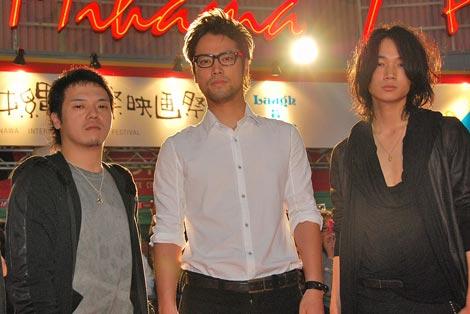 シアター・レッドカーペットに登場した(左から)やべきょうすけ、桐谷健太、綾野剛