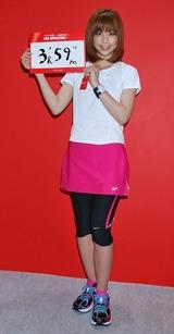 『東京マラソンEXPO2009』の会場内でトークショーで自己ベストを約30分短縮することを宣言した安田美沙子