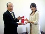松尾均社長からグランプリの表彰を受ける村上さん。