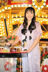 「花Sacas」フラワーライトアップ点灯式に出席した新垣結衣