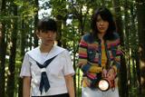 映画『テケテケ』の1シーン(左から)AKB48の大島優子、山崎真実(c)2009 アートポート[3/21(土)よりキネカ大森にてロードショー]