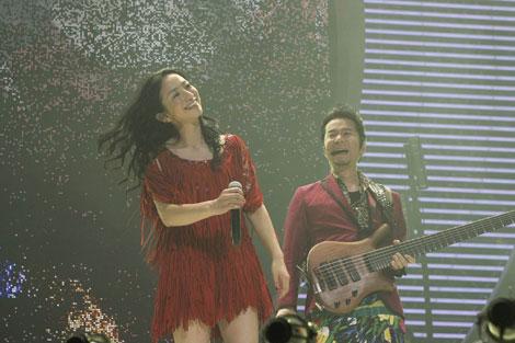 ステージ上で笑顔の吉田美和(左)と中村正人