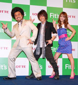 ロッテ新商品ガム「Fit's」のCM発表会に出席した(左から)パパイヤ鈴木、佐藤健、佐々木希