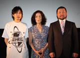 映画『ニセ札』の舞台あいさつに登壇した(左から)板倉俊之、倍賞美津子、木村祐一