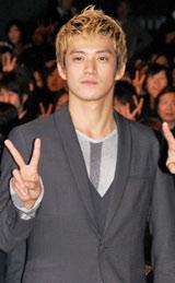 映画『クローズZERO II』の完成披露イベントに登場した主演の小栗旬