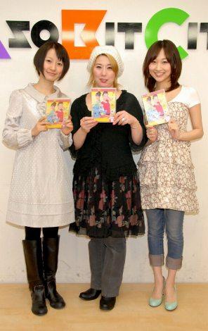 左から松本まりか、体操考案者の真野真由美先生、吹田早哉佳【DVD『内臓アゲアゲ体操』の発売記念イベントにて】