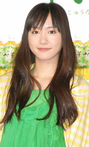 サムネイル 『アサヒ 十六茶』新CMキャラクター発表会見に出席した新垣結衣