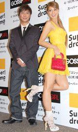 米ドラマ『ゴシップガール』の試写会イベントに出席した(左から)成宮寛貴、吉川ひなの