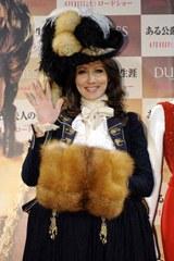 18世紀の貴族の衣装で現れた山本モナ