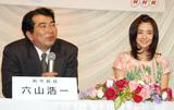 NHK新・連続テレビ小説『ウェルかめ』のヒロイン発表会見に出席した(左から)六山浩一チーフプロデューサー、次期ヒロインの倉科カナ