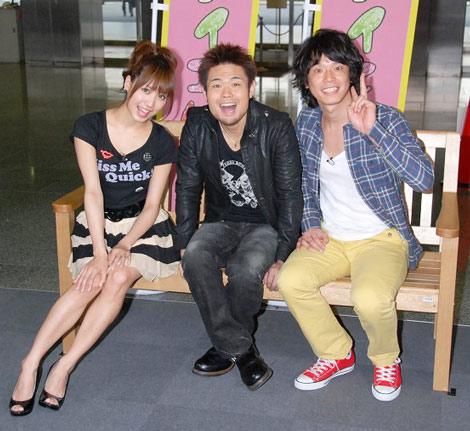 取材会の模様(左から)AKB48・大島麻衣、品川庄司