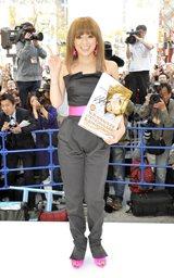 単行本『Ayuのデジデジ日記2000-2009A』の発売を記念してサプライズでで渋谷に登場した浜崎あゆみ