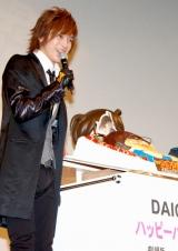 サプライズで用意されたバースデーケーキを見て喜ぶDAIGO