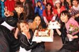 誕生日を祝うSPEED(前列左から)上原多香子、今井絵理子、新垣仁絵、島袋寛子