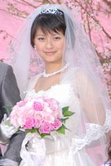 映画『余命1ヶ月の花嫁』完成披露会見でウェディングドレス姿で登場した榮倉奈々