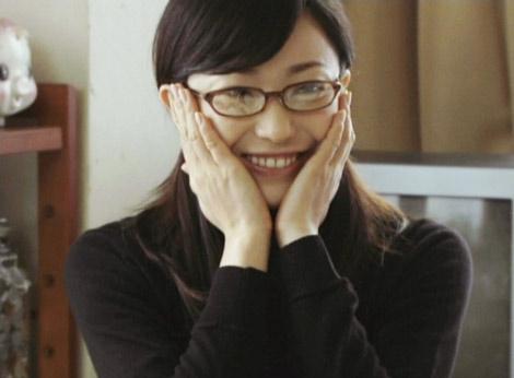 新CMでまじめなアリサを演じる菅野美穂