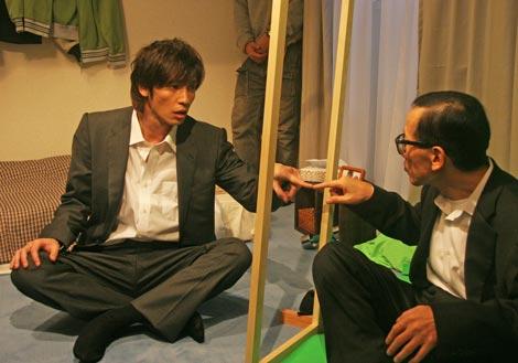 玉木宏が出演している『宅建と未来のおっさん』編の撮影風景(左から)玉木宏、Mr.オクレ