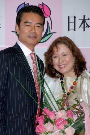 """画像・写真   """"14年ぶり2ショット披露""""哀川翔夫妻と""""結婚30年""""勝野洋 ..."""