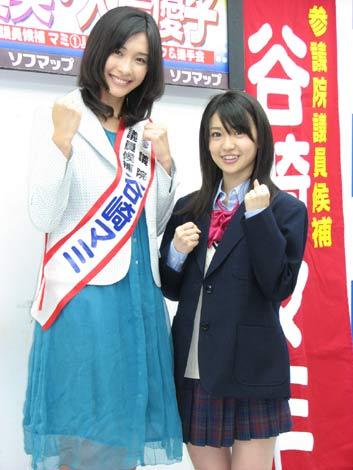ドラマ『参議院議員候補マミ』出演の山崎真実(左)と大島優子(右)。