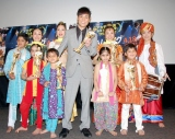 名倉潤とインドの子供ダンサーたち 【映画『スラムドッグ$ミリオネア』試写会イベントにて】