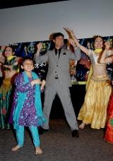 インドの子供ダンサーと踊りを披露する名倉潤 【映画『スラムドッグ$ミリオネア』試写会イベントにて】
